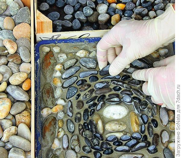 Узор можно придумать спонтанно или заранее потренироваться в его сочинении. Чтобы камни хорошо держались, вдавливайте их на ребро, а не плоскими сторонами.