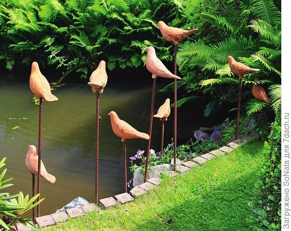 Глиняные птички, присевшие отдохнуть на свои шестки, способны оживить любой водоем.