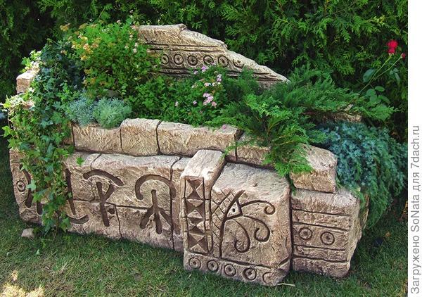 На «диване» из керамических плит с комфортом устроились хвойные растения.