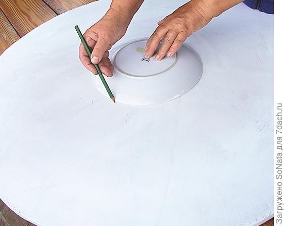 Положите в центр круга маленькое блюдце, обведите его карандашом.