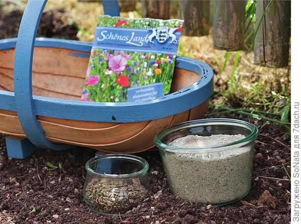 Для равномерного распределения семян из цветочной смеси по поверхности почвы к ним подмешивают сухой песок, мелкие опилки, вспомогательные компоненты (например, вермикулит).