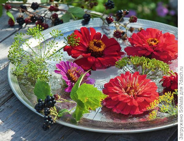 Отдельные цветки пустите в плавание в плоское металлическое блюдо, наполненное водой.