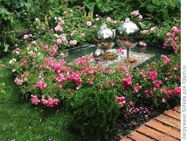 Зеркальные шары-фонтаны отражают причудливую игру потоков воды и света.