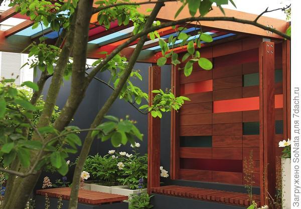 Из полотен разноцветного поликарбоната делают навесы, крыши беседок и садовых павильонов.