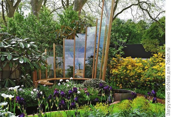 Огромный каскад из спрятанных в рамы стекол придает садовому пейзажу слегка фантастичный вид.
