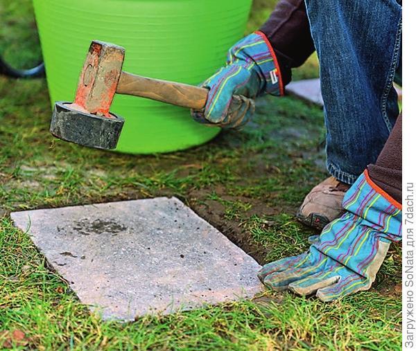 Теперь вбейте каждую плиту резиновым молотком, чтобы она плотнее села на песчаную подушку.