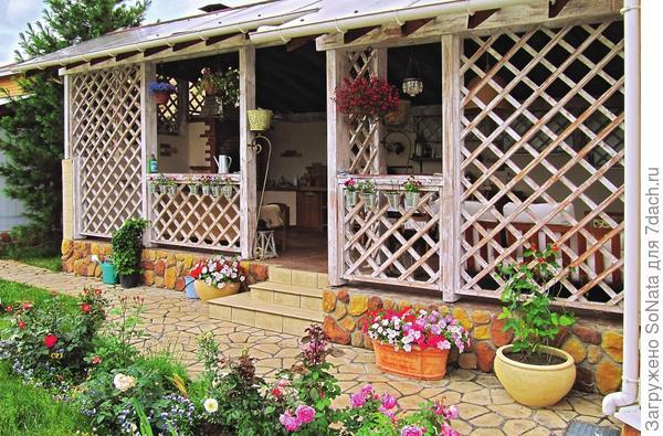 Большие запросы, скорее всего, приведут вас к решению обустроить в саду хорошо оснащенную зеленую кухню-гостиную.