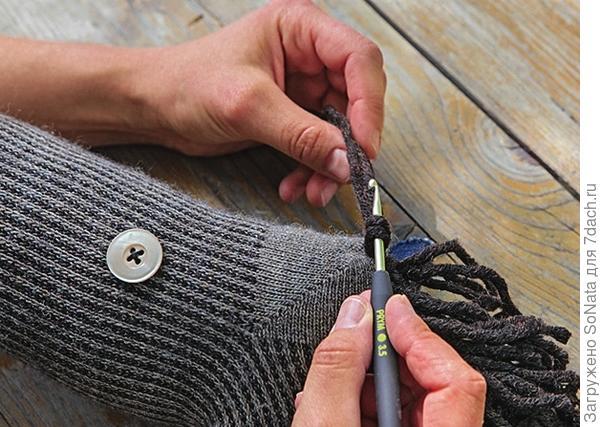 Протяните шерстяные нити с помощью вязального крючка, чтобы получилась грива.