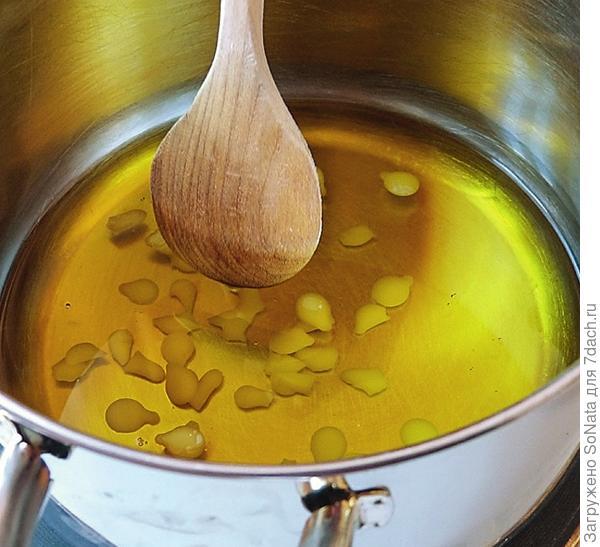 Добавьте пчелиный воск и перемешивайте до тех пор, пока пластинки воска полностью не расплавятся.