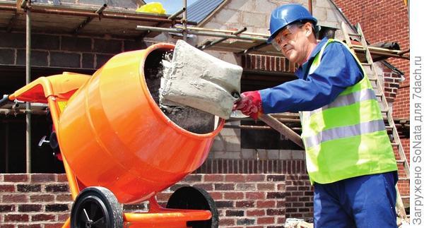 Готовить бетон вручную - утомительное занятие. Для этой цели существуют различные бетономешалки.
