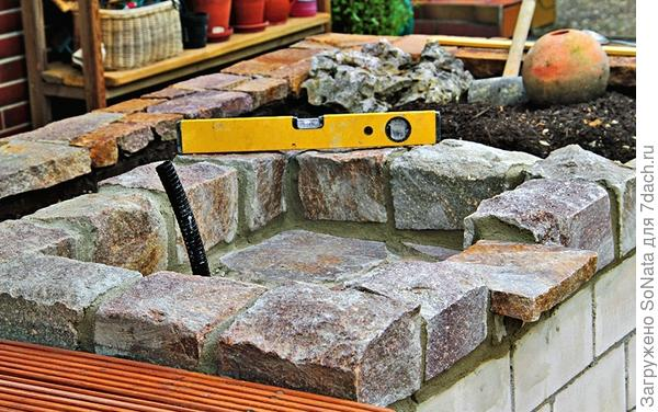 Чтобы через стенки водоема не просачивалась вода, лыки между плитами заполнили водоотталкивающим цементом и позже обработали раствором для фасадных камней