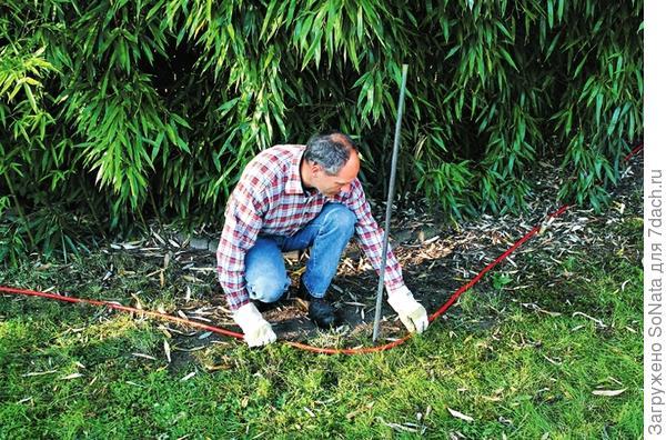 Разметьте место под фундамент с помощью шнура-причалки или садового шланга.