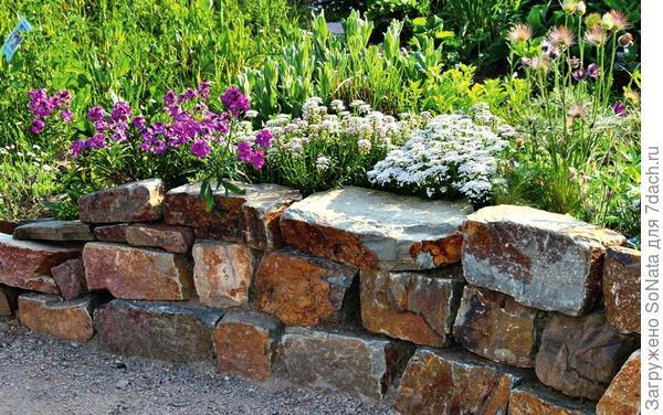 В стенке из камней разного размера швы не должны находиться друг над другом, иначе кладка будет непрочной.