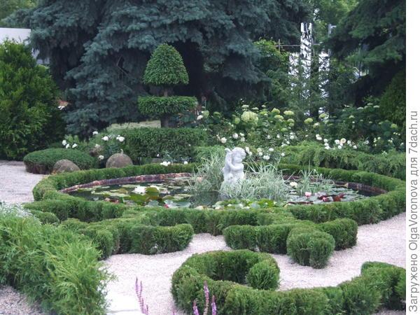 Топиарии этого сада - из можжевельников