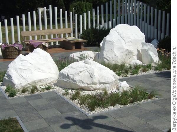 Белый цвет, забор из труб и камни в модуле