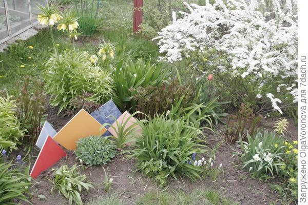 Композиции из луковичных можно украсить керамической литкой