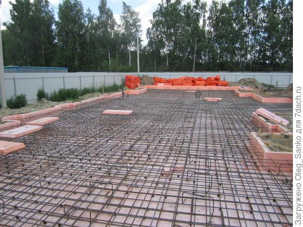 Перед заливкой бетонной смесью плита должна быть армирована стальными прутьями