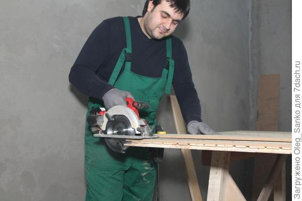 Обрабатываемый материал должен быть надежно закреплен на верстаке
