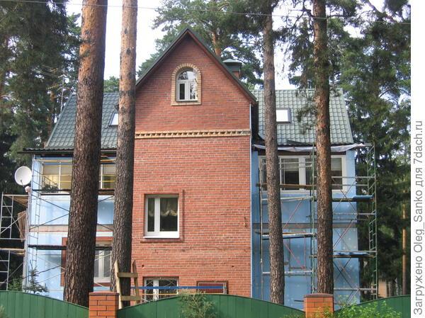 Крылья кирпичного дома уже утеплены, осталось утеплить фасад