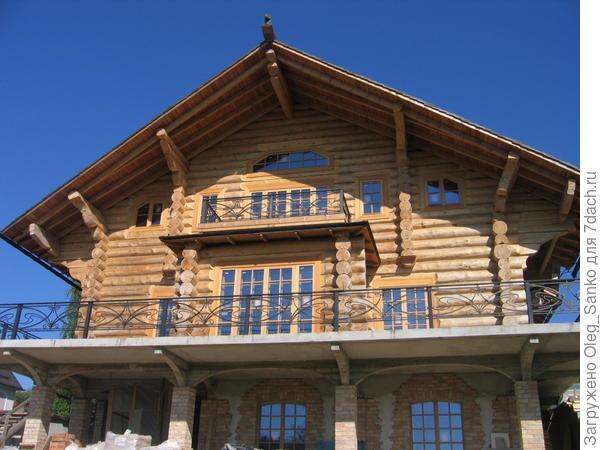Традиционный охлупень доминирует над крышей