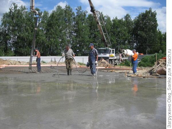 При выполнении бетонных работ необходимо воспользоваться глубинным вибратором