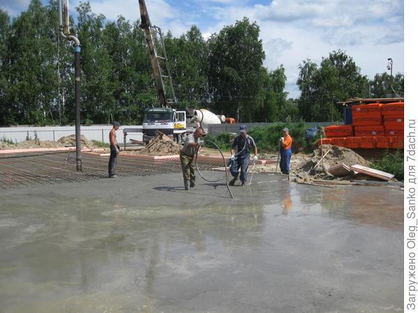 Рабочие уплотняют бетонную смесь глубинным вибратором
