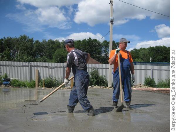 Заливка бетонным раствором пенополистирольного основания фундамента
