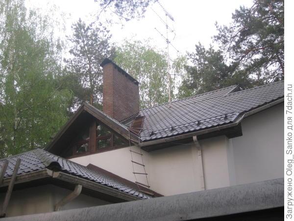 Веревочная лестница стала обязательным атрибутом этой крыши