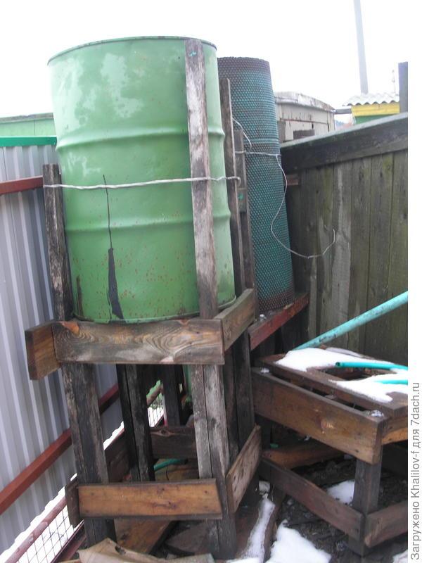 Две емкости соединены как сообщающиеся сосуды, так как водосток с крыши во время дождя большой.