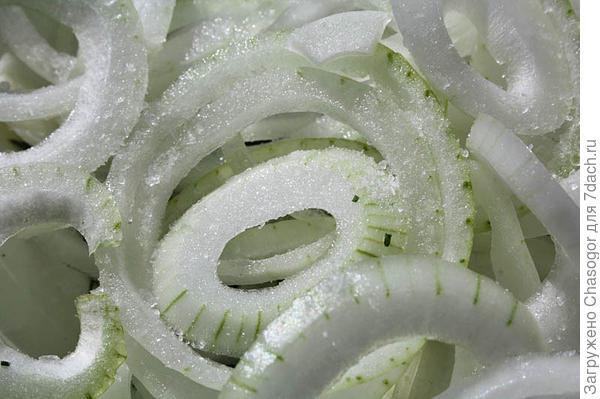 нарезанный лук сразу солю