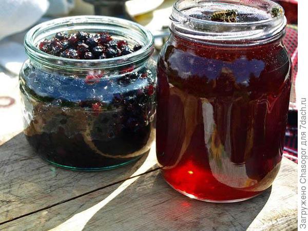 затариваю отдельно сироп и отдельно ягоды