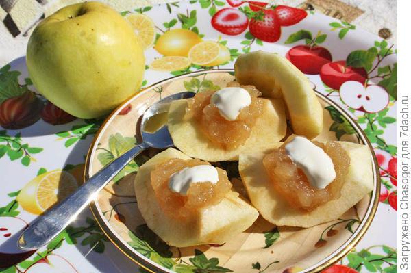 яблоки с джемом и сметаной