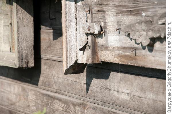 Посмотрите одним из отличий старого наличника и современного является толщина используемых досок. Тут не менее 50-60 мм против современных 30 мм