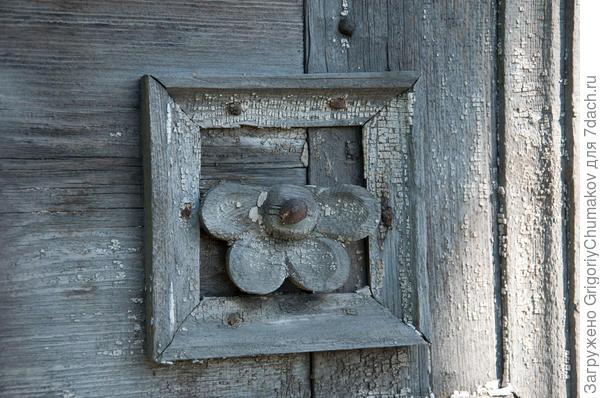 Думаю не уж то мастера шпилили такими гвоздями свои узоры, или это ранняя реставрация гвозди вроде старые