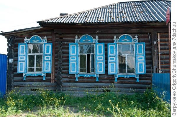Эти два дома стоят друг напротив друга