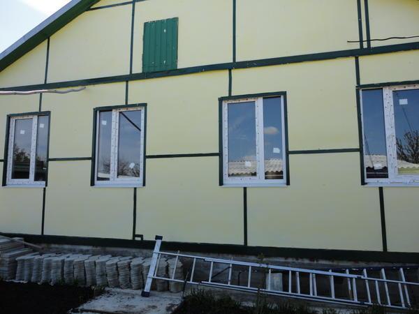 Дворовый фасад, северная сторона, на юге она ценится выше южной, которая палима солнцем, поэтому сюда выходят окна спальни и гостиной, да и пыль с дороги не летит.