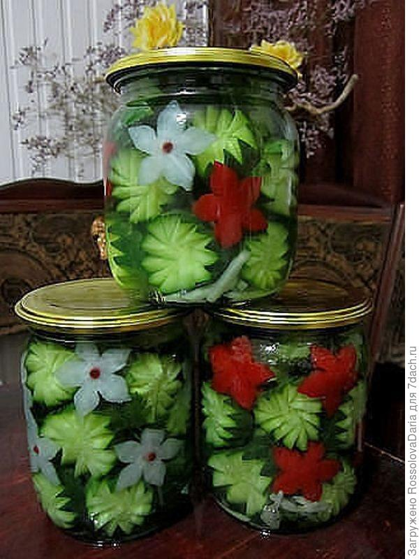 С огурцами и помидорами все понятно, а белые цветы - лук же, да?