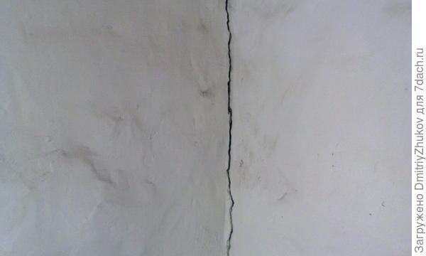 трещина в углу стены