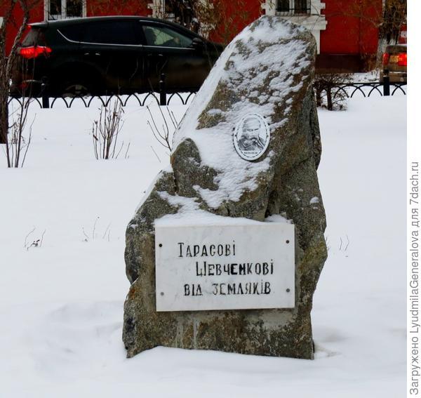 Памятный камень на улице Богдана Хмельницкого в г. Омске