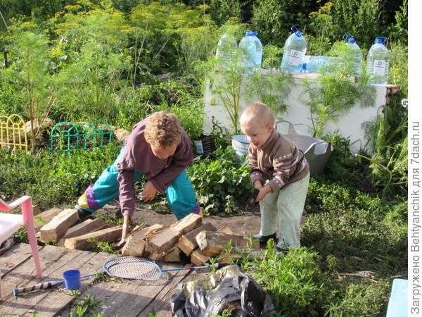 Мальчишки на даче приучаются к мужской работе