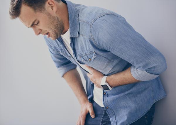 Ушиб живота сопровождается резкой болью