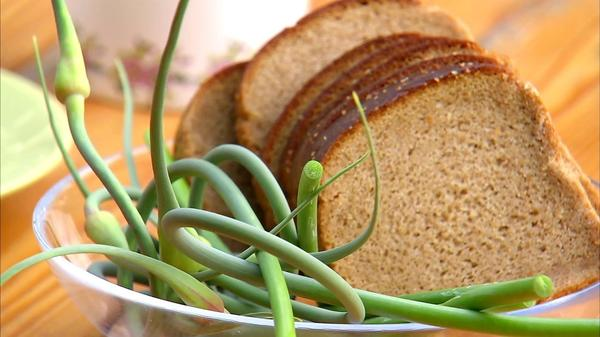 Хлеб и чесночные стрелки