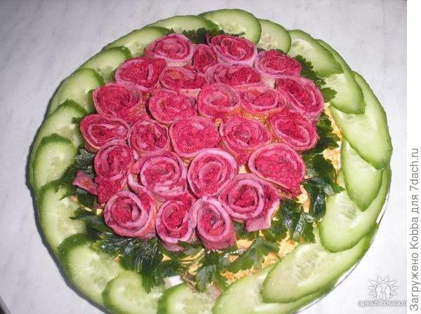 Розы из любой соленой рыбы смотрятся изумительно. И сделать такой букет может каждый.