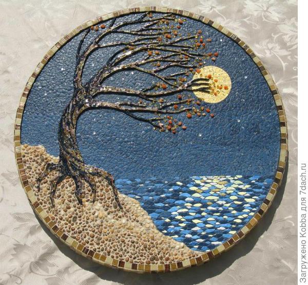 В этом замечательной работе эффектно совмещены различные материалы: скорлупа, бисер, стеклярус и натуральные камешки.