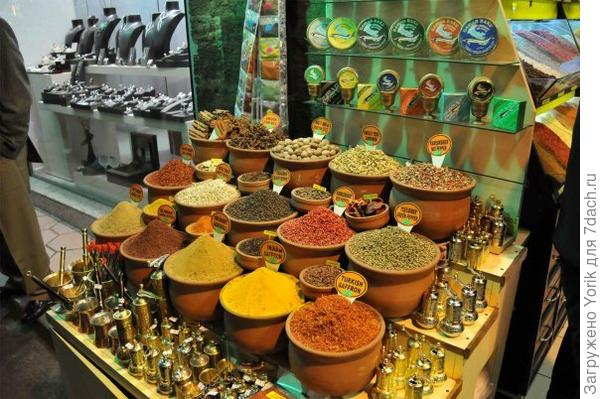 Рынок специй или Египетский рынок в Стамбуле. На заднем плане чёрная икра из Ирана.