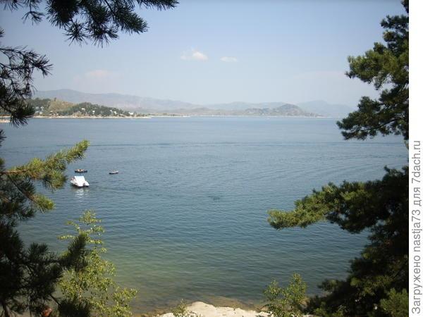 Днём много отдыхающих, лодки, катера, и др.