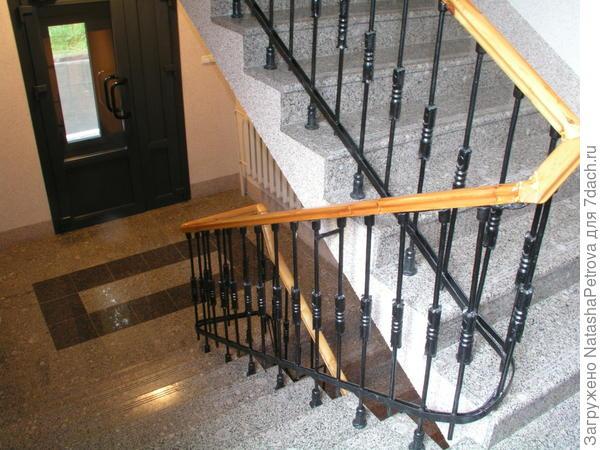 Лестница в подъезде многоквартирного дома из гранита Возрождение