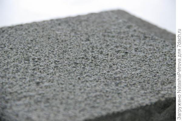 Бучардированная поверхность гранита. Фото с сайта https://architect-stone.com