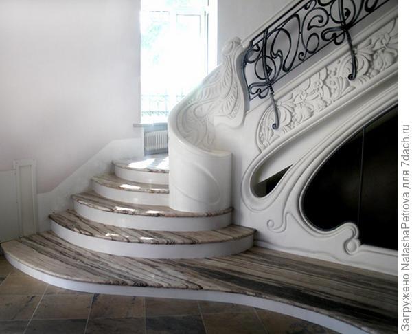 Лестницы из мрамора с фигурными забежными ступенями. Фото с сайта http://nensy.ru/