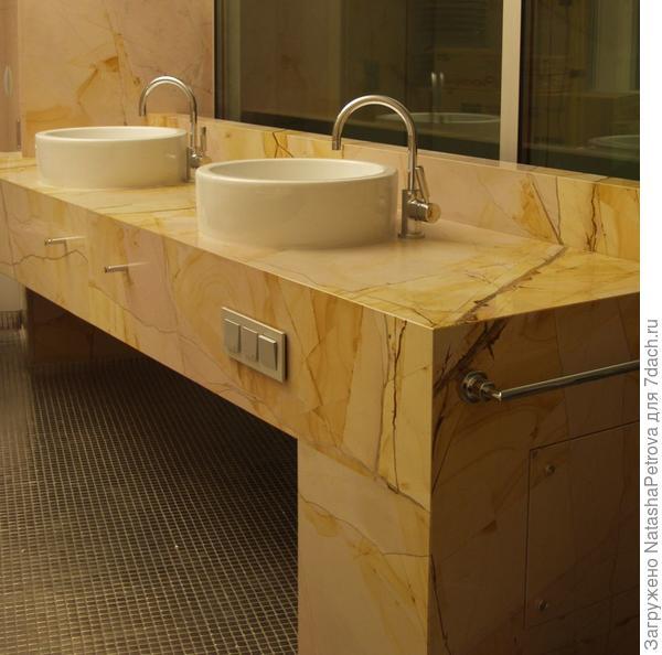 Столешница из мрамора Teak Wood в ванной комнате. Из архива камнеобрабатывающей компании Петрополь